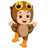Śliczna dzieciak kreskówka jest ubranym sowa ptaka kostium ilustracja wektor