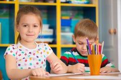 Śliczna dziecko nauka przy daycare zdjęcia stock