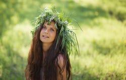 Śliczna dziewczyna śmia się z radością outdoors Fotografia Stock
