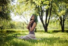 Śliczna dziewczyna śmia się z radością outdoors w zielonym wianku Fotografia Royalty Free