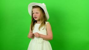 Śliczna dziewczyna śpiewa piosenkę Mała dziewczyna na chroma klucza tle zdjęcie wideo