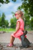 Śliczna dziewczyna astride na kaczki postaci żelazo i zdjęcie stock