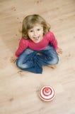 śliczna dziewczyna bawić się kądziołka obraz stock