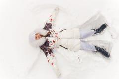 Śliczna dziewczyna bawić się w zima lesie Zdjęcia Royalty Free