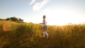 Śliczna dziewczyna biega daleko od mieć zabawę zbiory