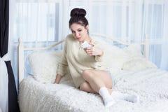 Śliczna dziewczyna bierze selfie na łóżku Fotografia Stock