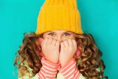 Śliczna dziewczyna chuje za jej szalikiem obraz stock