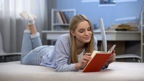 Śliczna dziewczyna cieszy się romantycznych wiersze, czytelnicza książka, marzy doskonalić powiązania obrazy royalty free