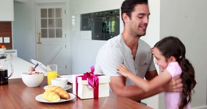 Śliczna dziewczyna daje teraźniejszości ojciec zbiory