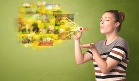 Śliczna dziewczyna dmucha colourful rozjarzonego pamięć obrazka pojęcie Zdjęcia Stock