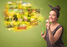 Śliczna dziewczyna dmucha colourful rozjarzonego pamięć obrazka pojęcie Fotografia Stock