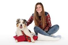 Śliczna dziewczyna i jej życzliwy pies zdjęcie royalty free