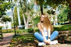 Śliczna dziewczyna ma zabawę na tropikalnym wakacje zdjęcie royalty free