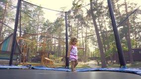 Śliczna dziewczyna na trampoline zdjęcie wideo