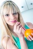 Śliczna dziewczyna pije pomarańcze od słomy Zdjęcia Royalty Free