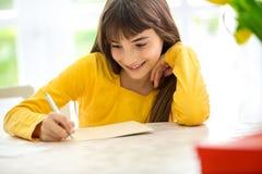 Śliczna dziewczyna pisze liście fotografia stock