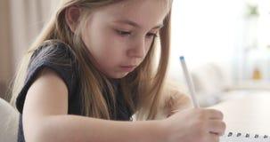 Śliczna dziewczyna pisze z piórem zdjęcie wideo