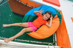 Śliczna dziewczyna przy torbą na catamaran ` s hamaku Zdjęcia Stock