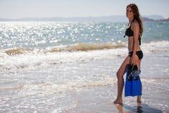 Śliczna dziewczyna przygotowywająca nurkować w morzu Zdjęcie Royalty Free