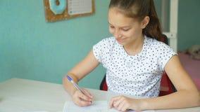 Śliczna dziewczyna robi algebry pracie domowej zbiory
