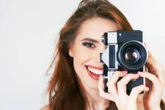 Śliczna dziewczyna robi foto selfie przy rocznik kamerą Obraz Stock