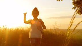Śliczna dziewczyna rusza się i biega daleko od do widzenia zbiory