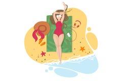 Śliczna dziewczyna sunbathing na piaskowatej plaży Zdjęcia Royalty Free