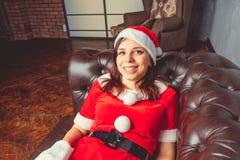 Śliczna dziewczyna ubierająca jako Święty Mikołaj Szczęśliwy nowy rok i Wesoło boże narodzenia! zdjęcia royalty free