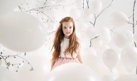 Śliczna dziewczyna wśród białych balonów Obraz Royalty Free