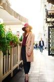 Śliczna dziewczyna w żakiecie na ulicznym turystycznym miasteczku z kwiatami na zmierzchu Zdjęcia Royalty Free