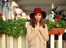 Śliczna dziewczyna w żakiecie na ulicznym turystycznym miasteczku z kwiatami na zmierzchu Obrazy Royalty Free