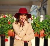 Śliczna dziewczyna w żakiecie na ulicznym turystycznym miasteczku z kwiatami na zmierzchu Obraz Stock
