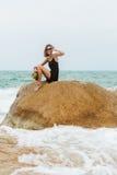 Śliczna dziewczyna w czarnej lato sukni przy dużymi kamieniami Obrazy Royalty Free
