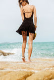 Śliczna dziewczyna w czarnej lato sukni przy dużymi kamieniami Zdjęcie Royalty Free