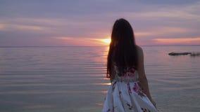 Śliczna dziewczyna w długiej sukni rzeką zdjęcie wideo