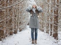 Śliczna dziewczyna w lesie obrazy stock