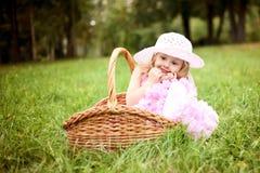 Śliczna dziewczyna w pięknej sukni w koszu w lata pa Zdjęcia Royalty Free