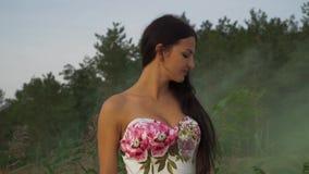 Śliczna dziewczyna w wieczór sukni na tle dymne bomby zbiory wideo