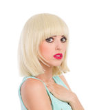 Śliczna dziewczyna z blondynka kranem Fotografia Royalty Free