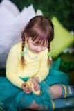 Śliczna dziewczyna z kaczątkiem Zdjęcie Stock