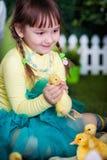 Śliczna dziewczyna z kaczątkiem Obraz Stock