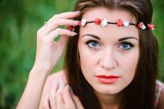 Śliczna dziewczyna z wiankiem na głowie Fotografia Royalty Free