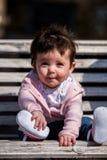 Śliczna dziewczynka śmia się będący ubranym cajg fotografia royalty free
