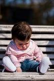 Śliczna dziewczynka śmia się będący ubranym cajg Fotografia Stock