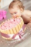 Śliczna dziewczynka świętuje urodziny jeden rok Zdjęcia Royalty Free