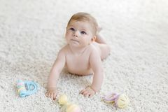 Śliczna dziewczynka bawić się z kolorową pastelową rocznika brzęku zabawką Obraz Royalty Free