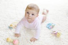 Śliczna dziewczynka bawić się z kolorową pastelową rocznika brzęku zabawką Obrazy Royalty Free