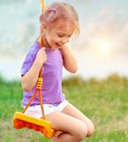 Śliczna dziewczynka na huśtawce Fotografia Royalty Free