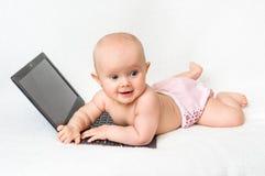 Śliczna dziewczynka w pieluszce bawić się z laptopem Zdjęcia Royalty Free