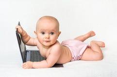 Śliczna dziewczynka w pieluszce bawić się z laptopem Fotografia Royalty Free